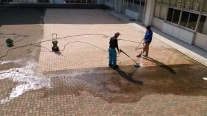 三日月小学校高圧洗浄(作業中①)
